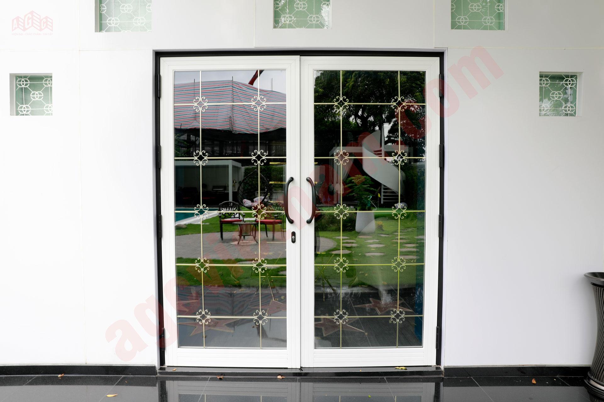 Cửa đi mở quay Xingfa nhập khẩu 2 cánh màu trắng