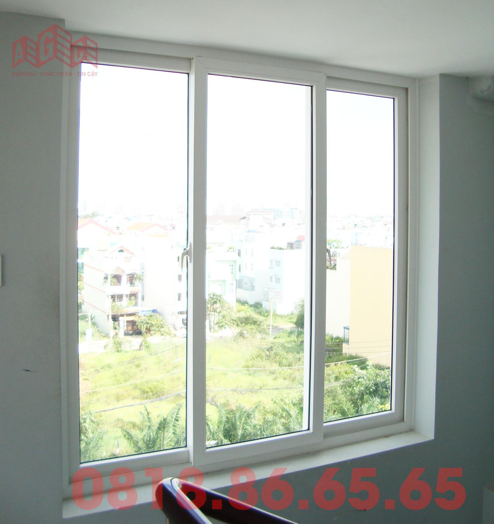 Cửa sổ mở trượt Xingfa 3 cánh màu trắng sữa
