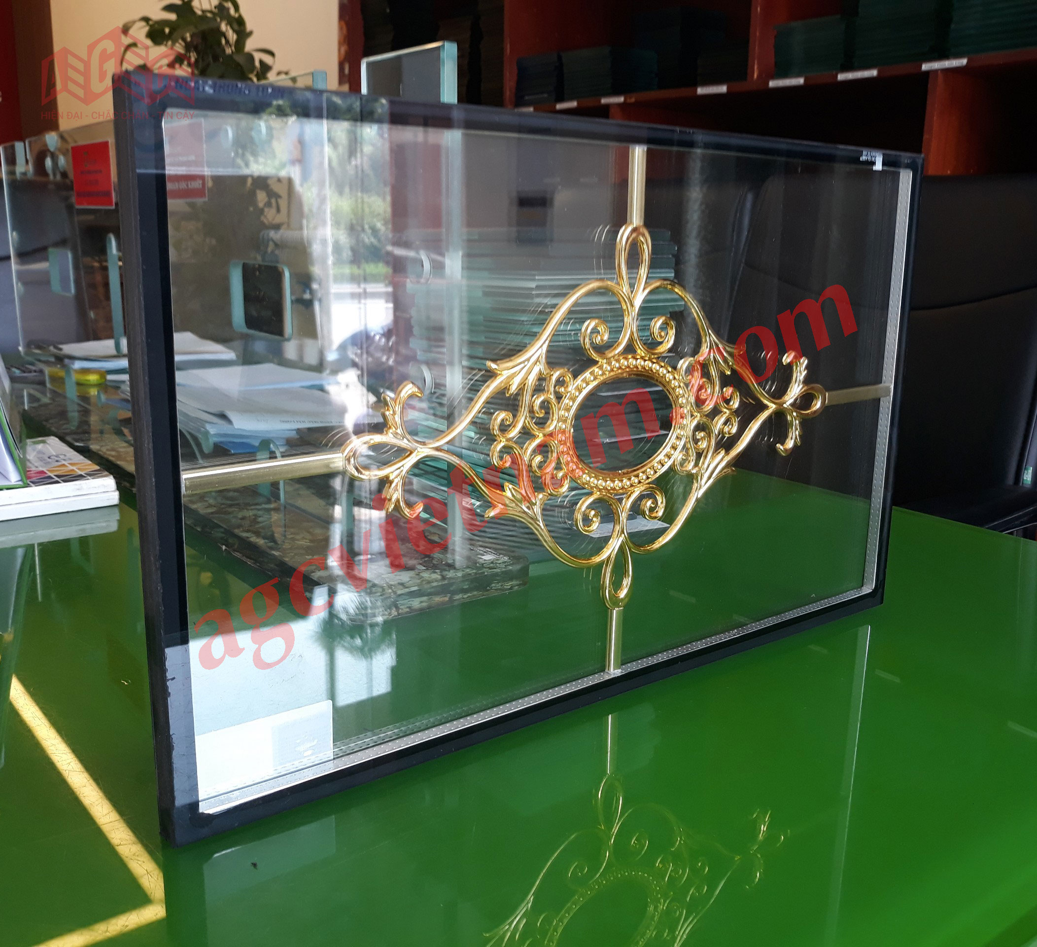 Mẫu kính hộp hoa đồng