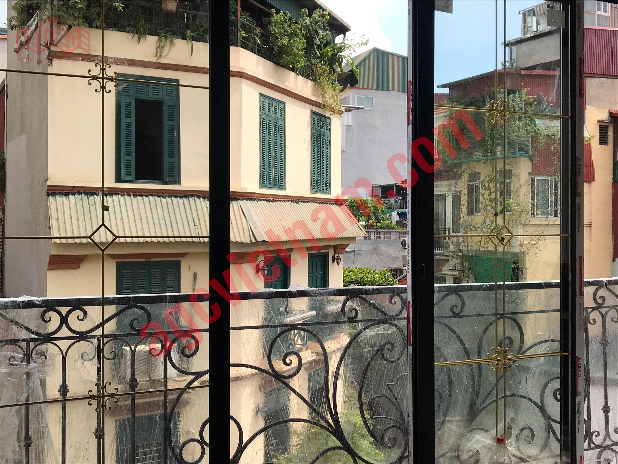 Cửa sổ mở trượt kính hộp nan đông trang trí