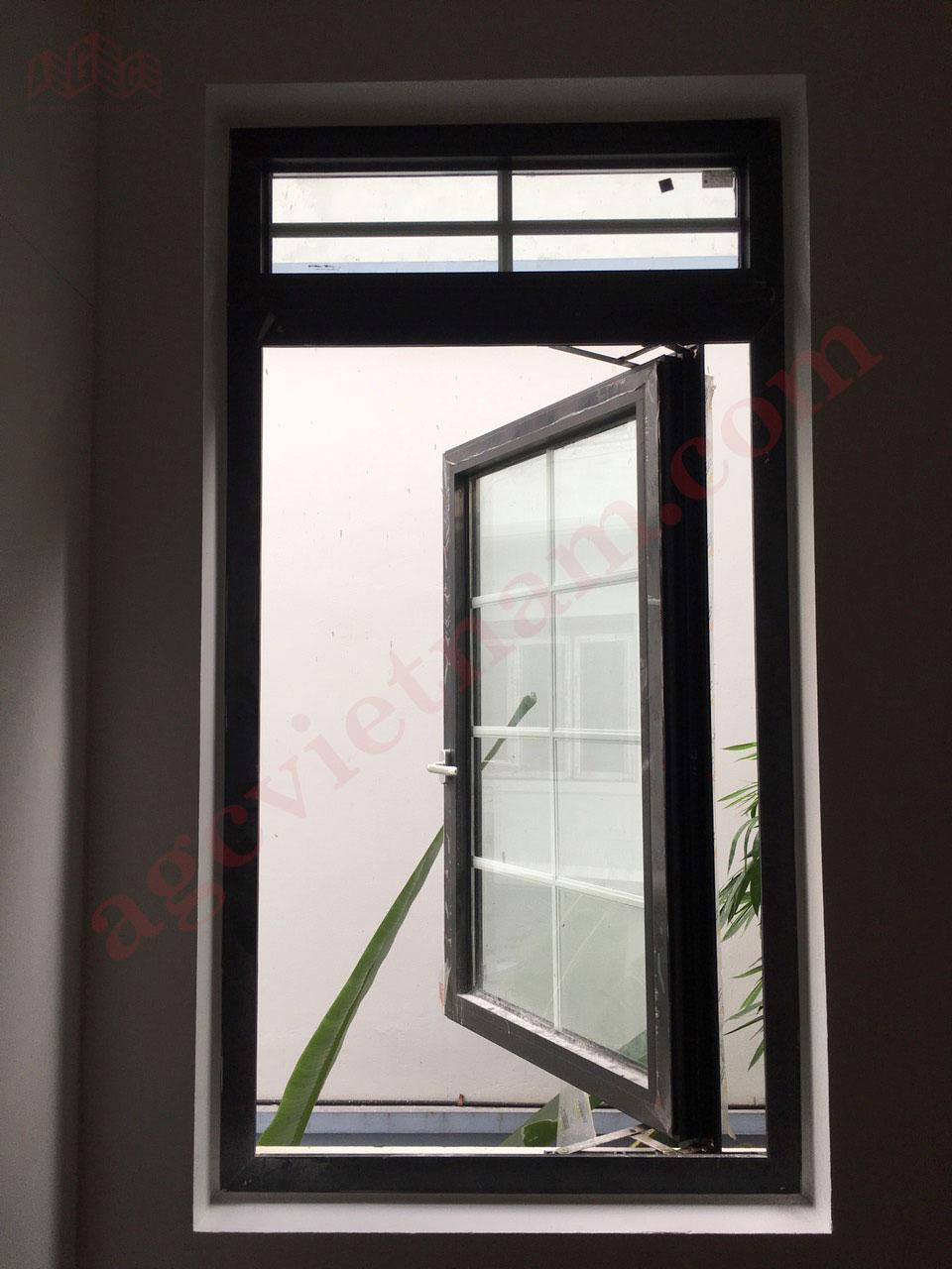 Cửa sổ mở quay sử dụng nhôm HOPO